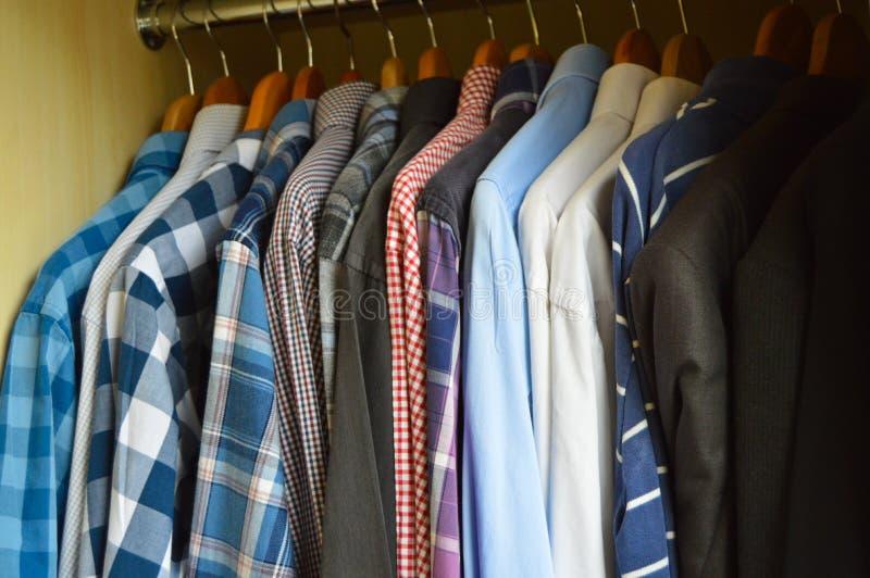 Várias camisas em um vestuário foto de stock