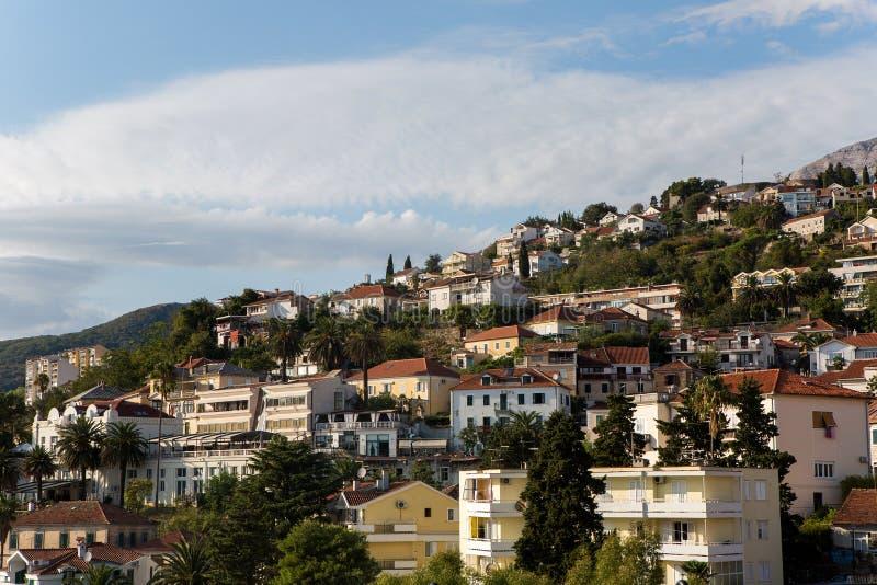 Várias casas privadas na montanha na cidade foto de stock royalty free