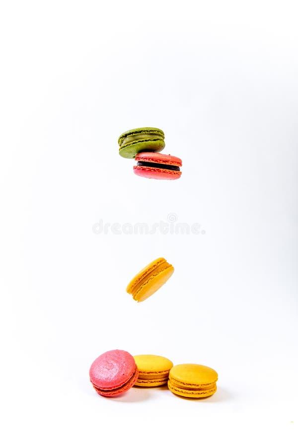 Várias cookies doces coloridas dos macarons para a sobremesa imagens de stock