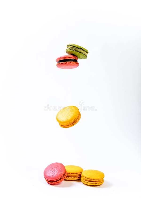 Várias cookies doces coloridas dos macarons para a sobremesa imagem de stock