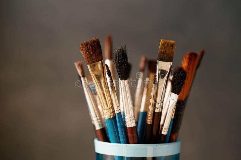 Várias escovas de pintura usadas imagens de stock royalty free