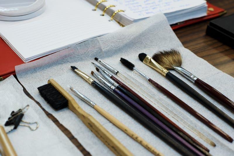 Várias escovas para a correção e a coloração das sobrancelhas imagem de stock