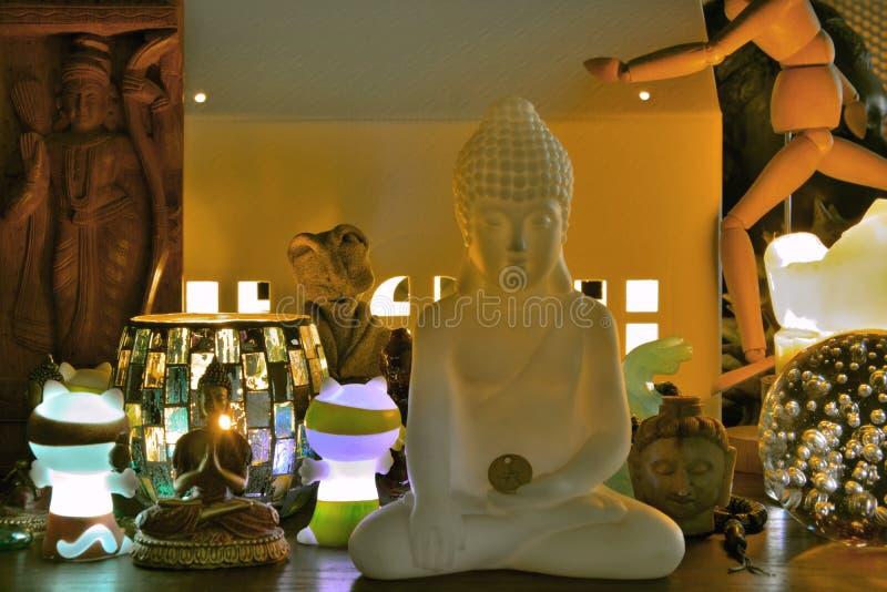 Várias esculturas religiosas e culturais das religiões diferentes foto de stock