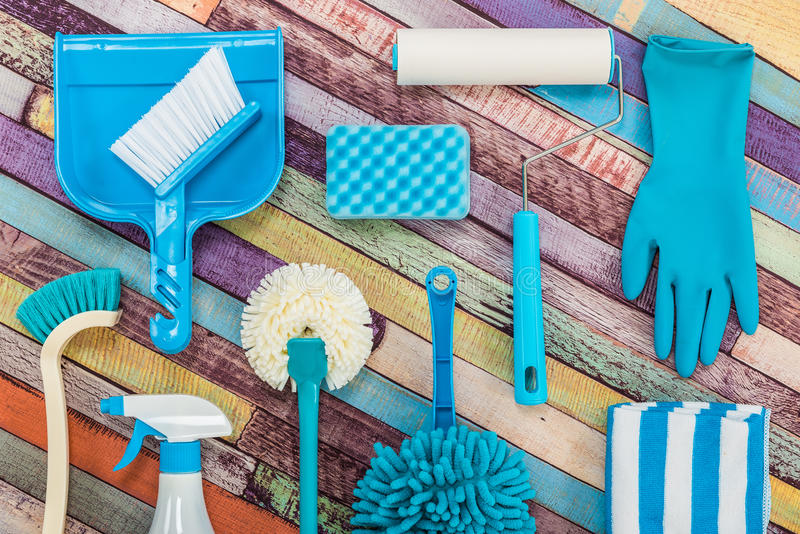 Várias ferramentas da limpeza colocadas em uma tabela colorida foto de stock royalty free