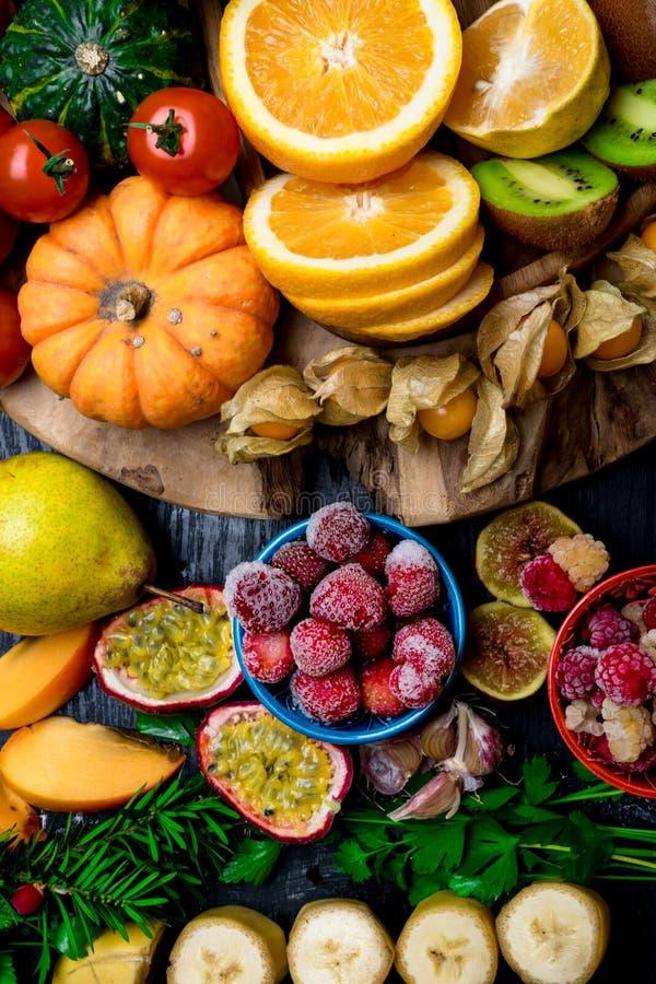 várias frutas e legumes frescas, conceito da saúde fotos de stock
