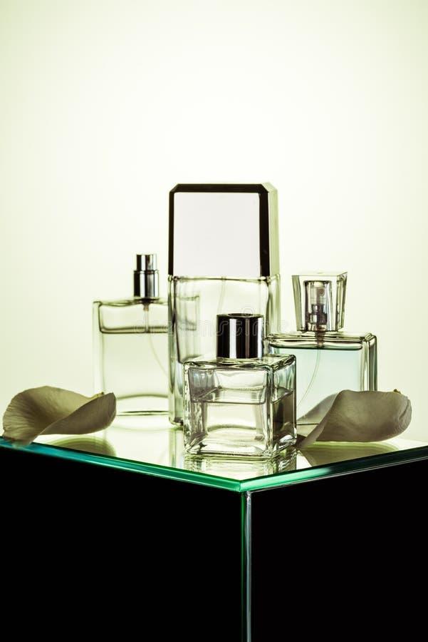 várias garrafas com perfumes na tabela de vidro fotos de stock