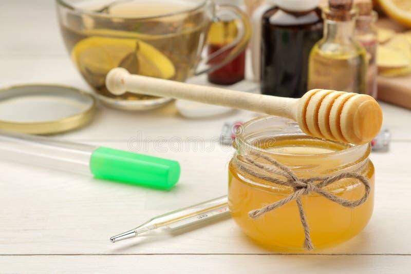 Várias medicinas para a gripe e remédios frios em uma tabela de madeira branca frio doenças frio flu imagem de stock