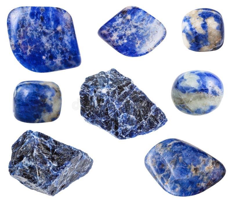 Várias pedras preciosas azuis do Sodalite isoladas no branco fotos de stock