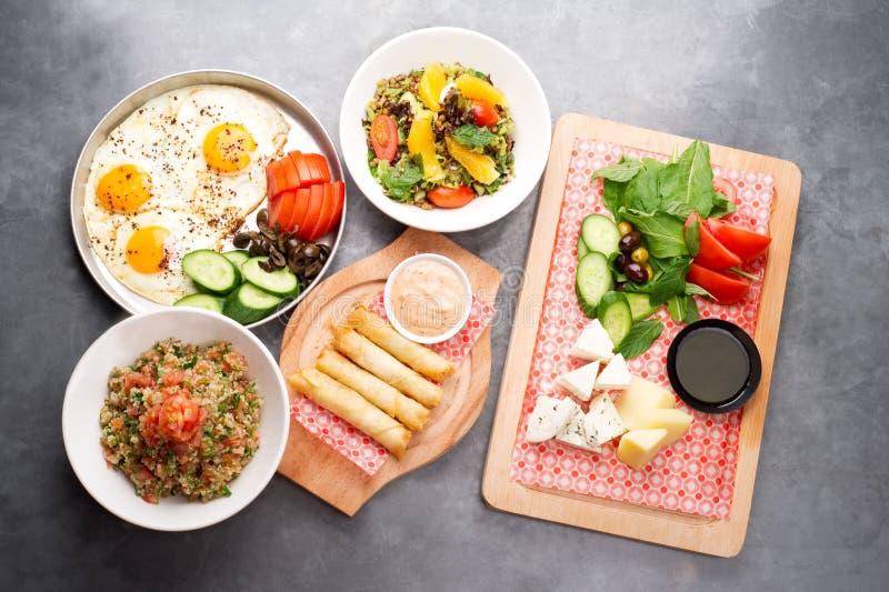 Várias placas libanesas/culinária mediterrânea imagens de stock royalty free