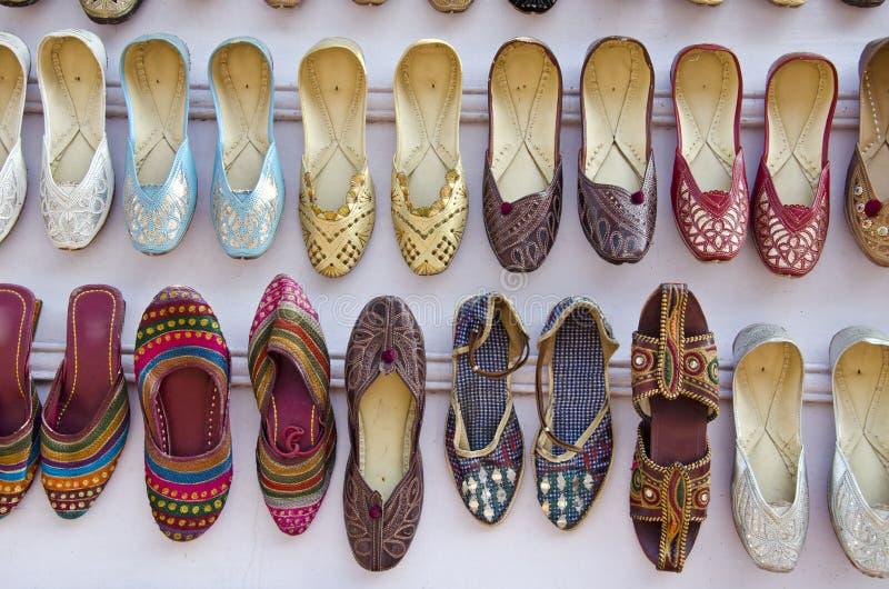 Várias sapatas bonitas coloridas da mulher no mercado de Ásia, Índia imagem de stock royalty free
