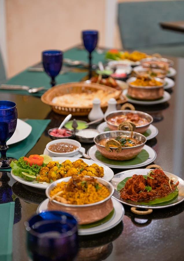 Vário alimento indiano com carne, caril, sopa e gosto picante na tabela foto de stock