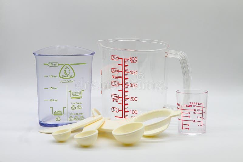 Vário copo de medição isolado no fundo branco foto de stock royalty free