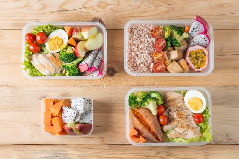 Vário de lancheiras saudáveis no pacote plástico, alimento limpo, vista superior Conceito do alimento da dieta imagem de stock