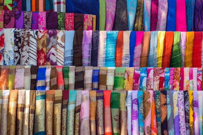 Vário de telas e de xailes coloridos fotos de stock