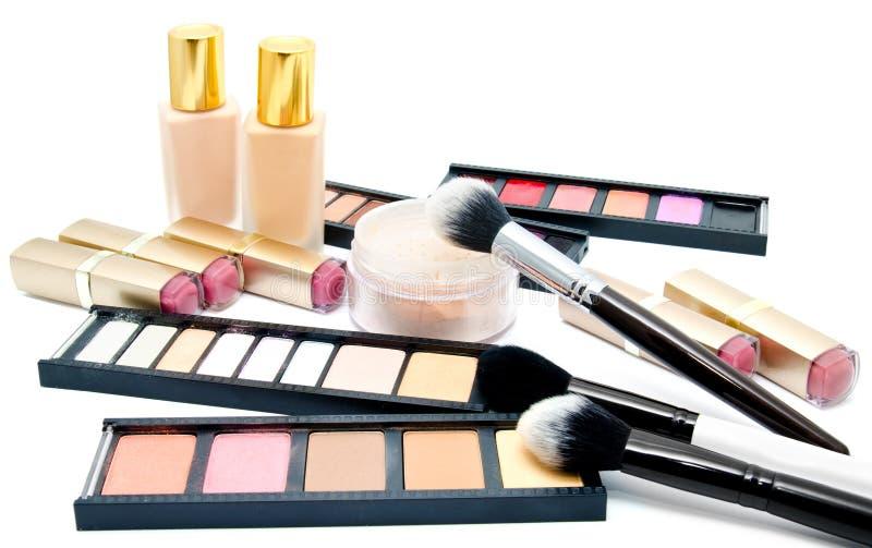 Vário grupo de escovas da composição e cosméticos e paleta profissionais das sombras para os olhos coloridas isoladas imagens de stock