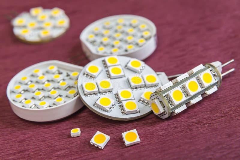 Vário o diodo emissor de luz separado e fixo de SMD lasca-se nos bulbos G4 imagens de stock