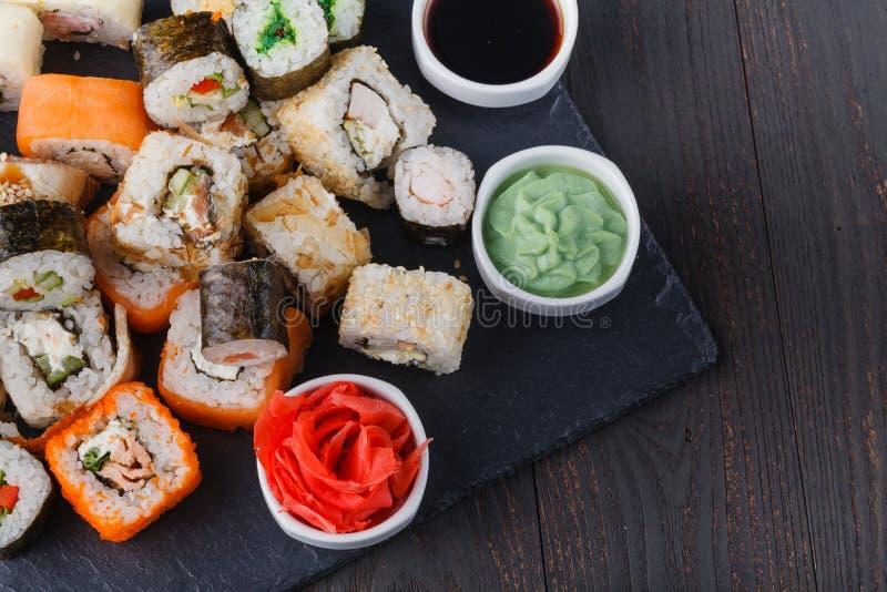 Vário rolo com salmões, abacate, pepino Menu do sushi Alimento japonês foto de stock royalty free