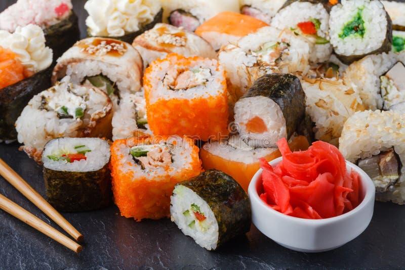 Vário rolo com salmões, abacate, pepino Menu do sushi Alimento japonês imagens de stock royalty free