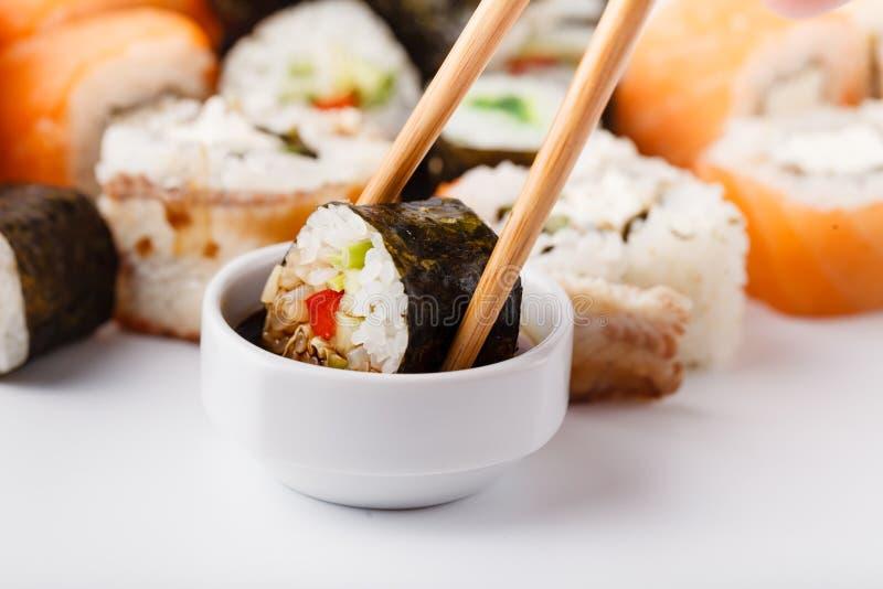 Vário rolo com salmões, abacate, pepino Menu do sushi Alimento japonês fotografia de stock