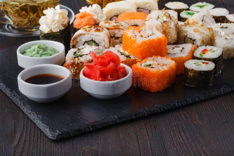 Vário rolo com salmões, abacate, pepino Menu do sushi Alimento japonês imagem de stock royalty free