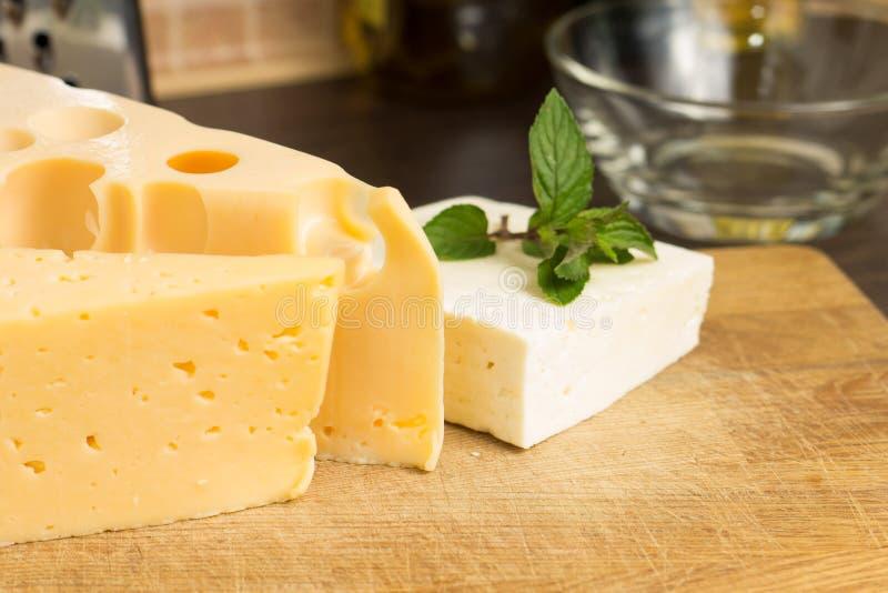 Vário tipo de queijo na placa de madeira fotografia de stock
