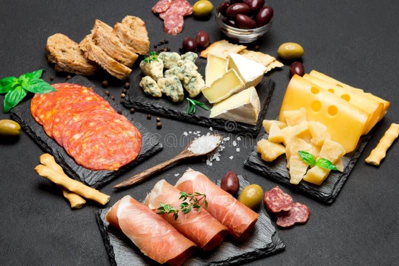 Vário tipo de refeição ou de petisco italiano - queijo, salsicha, azeitonas e parma fotografia de stock
