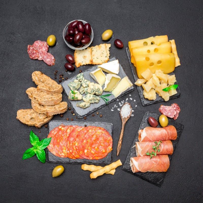 Vário tipo de refeição ou de petisco italiano - queijo, salsicha, azeitonas e parma imagem de stock royalty free