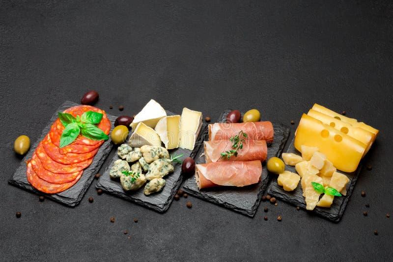 Vário tipo de refeição ou de petisco italiano - queijo, salsicha, azeitonas e parma imagem de stock