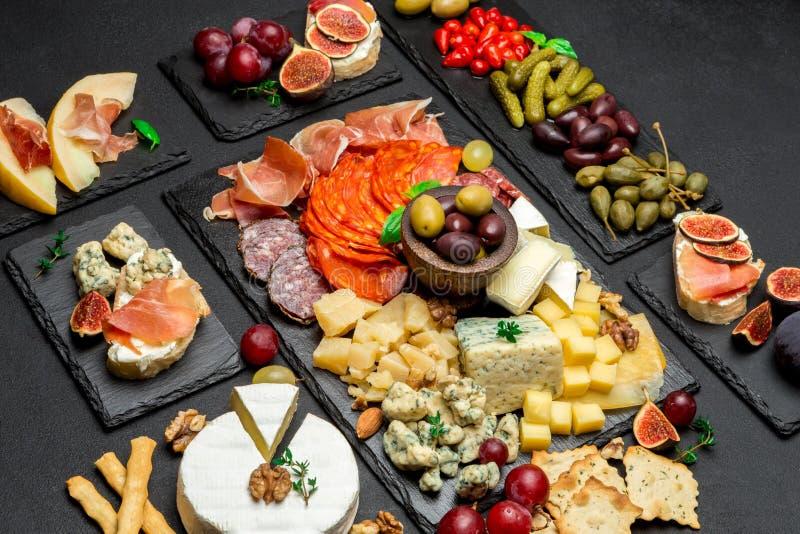Vário tipo de refeição ou de petisco italiano - queijo, salsicha, azeitonas e parma fotos de stock royalty free