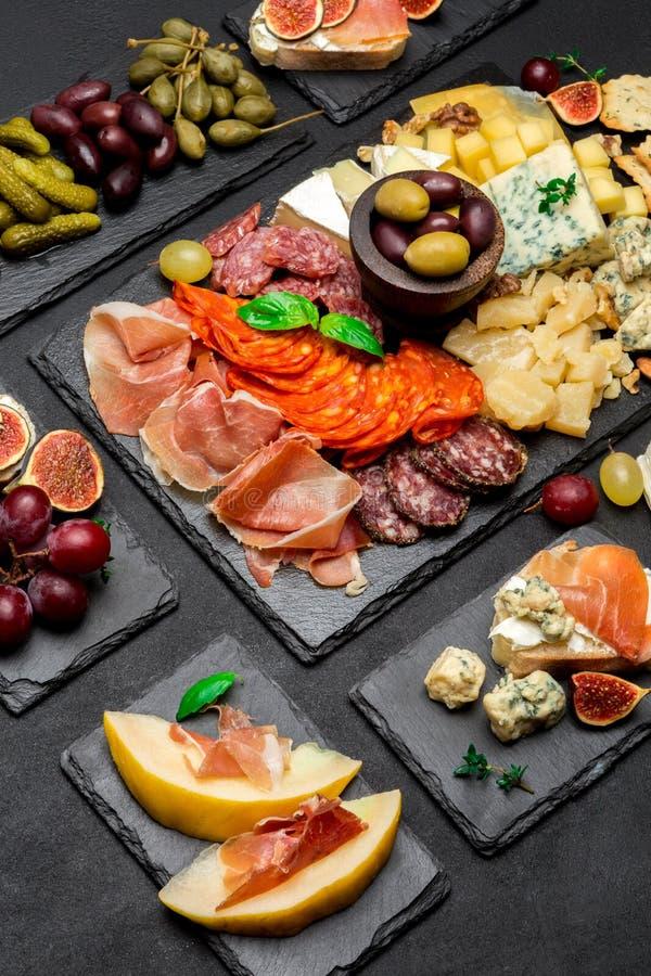 Vário tipo de refeição ou de petisco italiano - queijo, salsicha, azeitonas e parma foto de stock