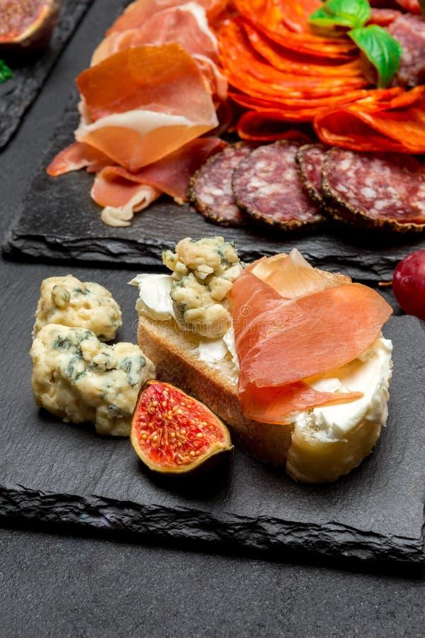 Vário tipo de refeição ou de petisco italiano - queijo, salsicha, azeitonas e parma imagens de stock