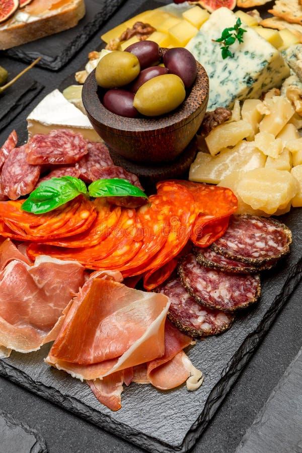 Vário tipo de refeição ou de petisco italiano - queijo, salsicha, azeitonas e parma foto de stock royalty free