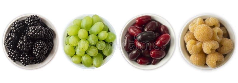 Vário verão fresco Amoras-pretas, uvas, redberries e framboesas amarelas em uma bacia branca imagens de stock