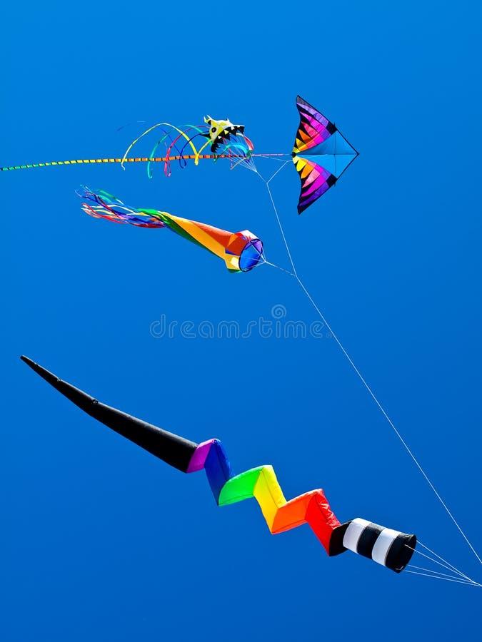 Vário voo colorido dos papagaios fotografia de stock