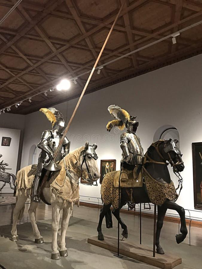 Vários artigos da armadura que são exibidos na câmara da arte e em maravilhas do arquiduque Ferdinand II no castelo de Ambras imagem de stock royalty free