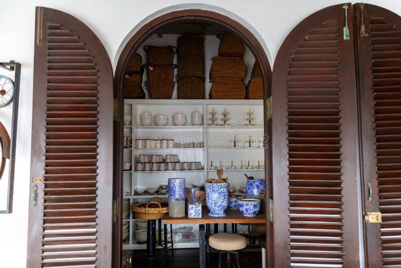 vários bacias, placas e kitchenware tradicionais na loja, Ásia foto de stock
