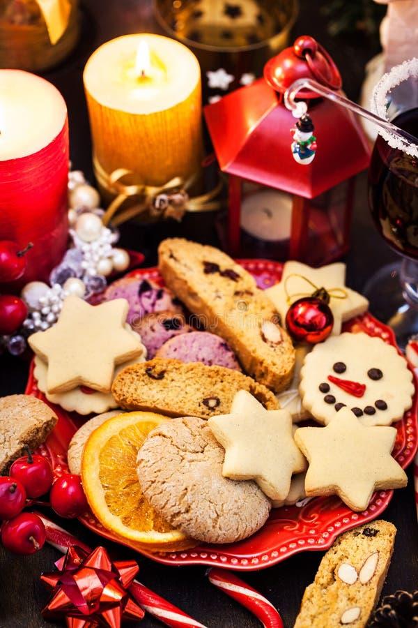 Vários biscoitos de Natal, conceito de Férias imagem de stock