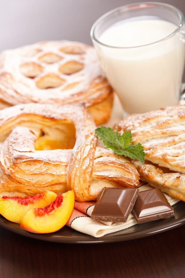 Vários bolos e pequeno almoço do leite fotografia de stock royalty free