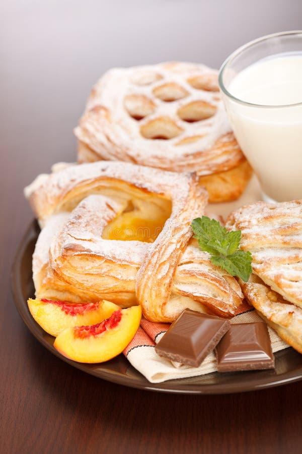 Vários bolos e pequeno almoço do leite imagens de stock royalty free