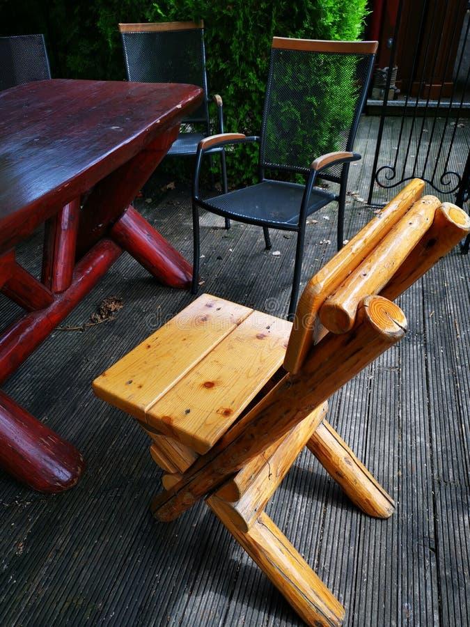 Vários cadeiras e ferro de madeira do terraço imagem de stock