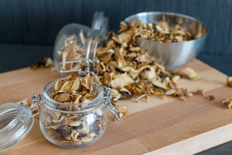 Vários cogumelos cortados, desbastados e secados em preservar o vidro fotografia de stock