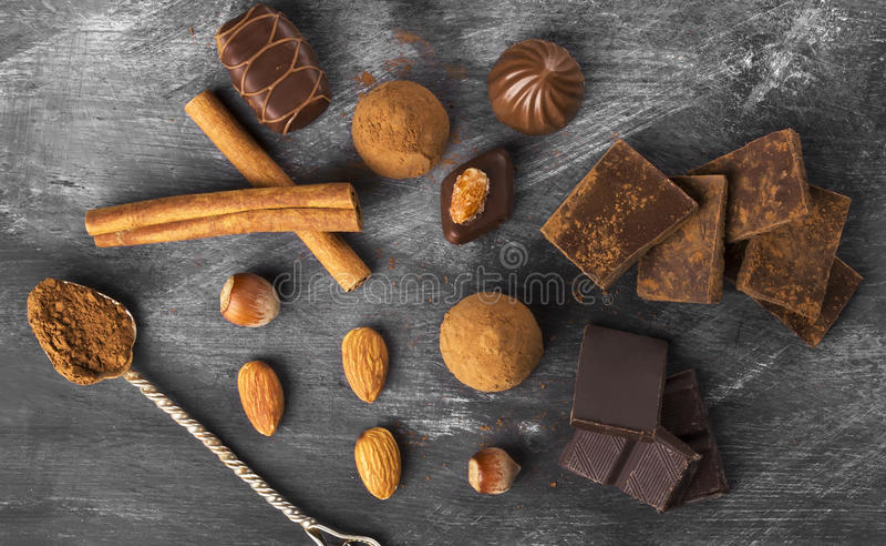 Vários confeitos: chocolate, doces em um fundo escuro foto de stock