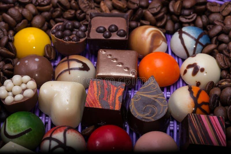 Vários confeitos do chocolate e feijões de café fotografia de stock