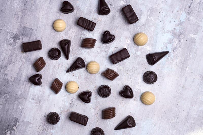 Vários confeitos do chocolate isolados no fundo de pedra fotos de stock royalty free