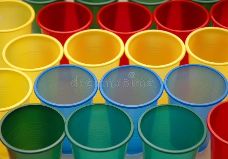 Vários copos do plástico da cor fotos de stock