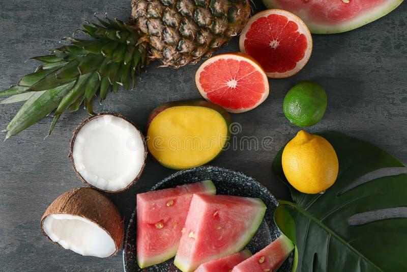 Vários frutos deliciosos no fundo cinzento imagens de stock