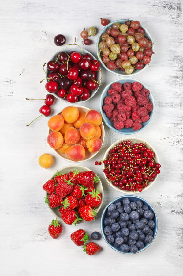 Vários frutos em umas bacias fotografia de stock