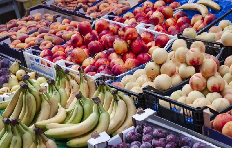 Vários frutos frescos coloridos no mercado de fruto, Catania, Sicília, Itália imagem de stock
