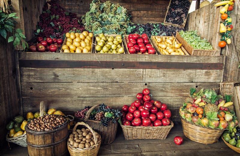 Vários frutos frescos nas cestas de vime e nas caixas, fruto março imagem de stock royalty free