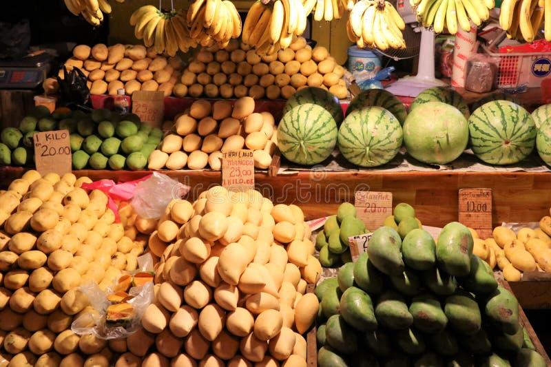 Vários frutos no mercado da noite - Kota Kinabalu Sabah Borneo Malaysia Ásia fotos de stock royalty free